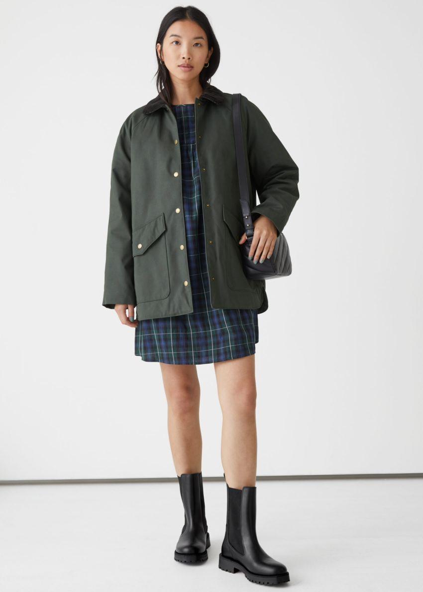 앤아더스토리즈 카라 파카 재킷의 카키컬러 ECOMLook입니다.