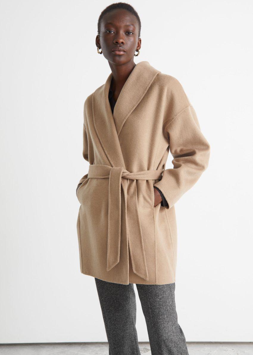 앤아더스토리즈 벨티드 숄 카라 재킷의 베이지컬러 ECOMLook입니다.