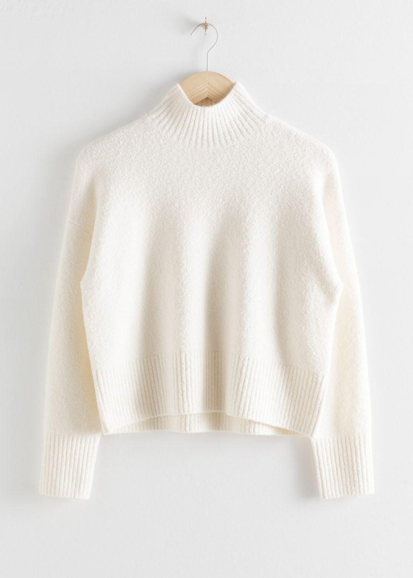 앤아더스토리즈 크롭 모크 넥 스웨터의 화이트컬러 Product입니다.