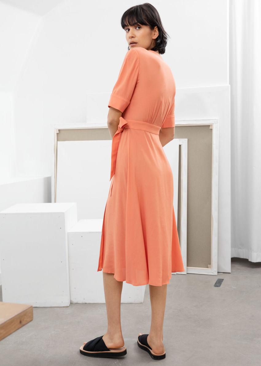 앤아더스토리즈 미디 랩 드레스의 오렌지컬러 ECOMLook입니다.