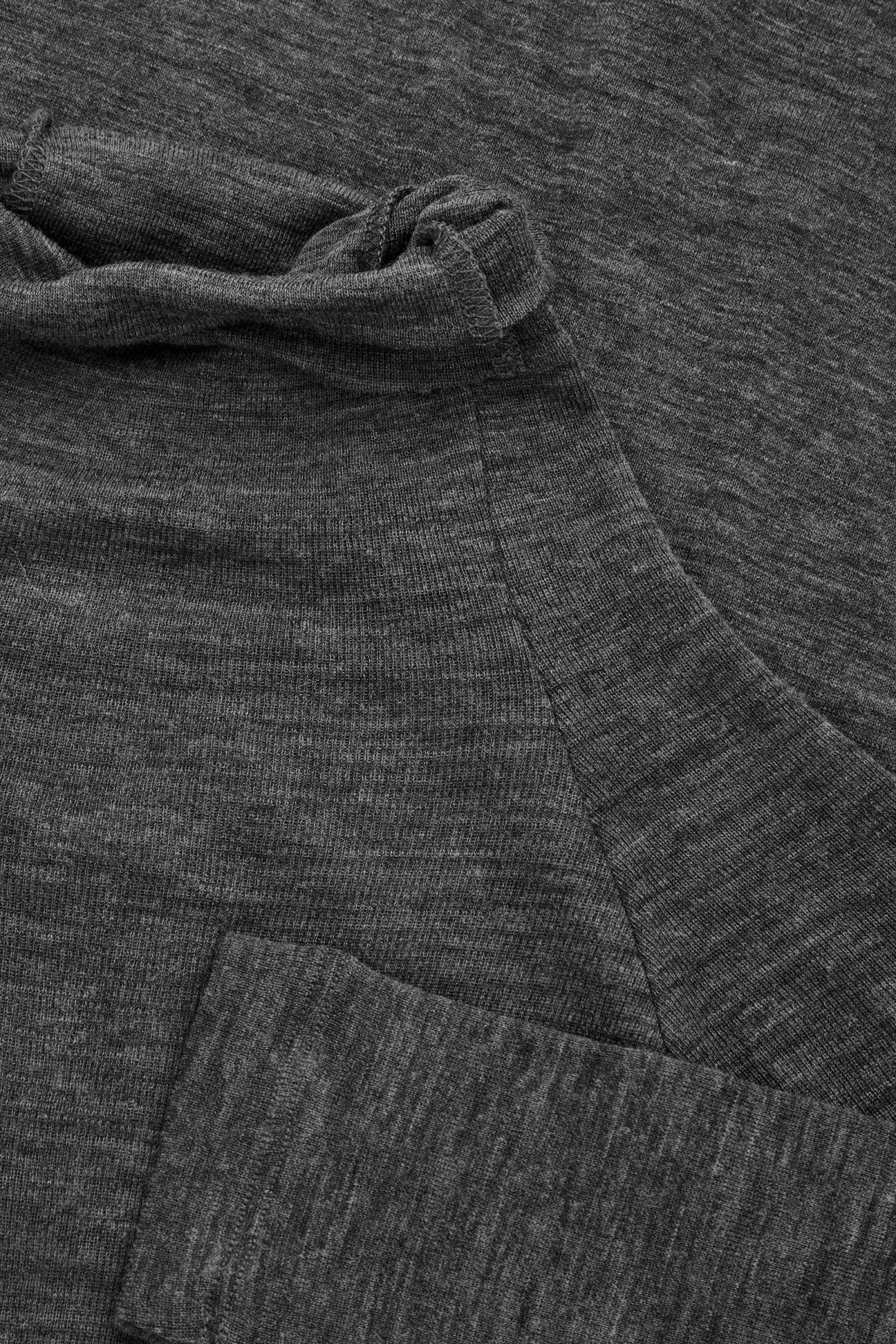 COS 슬림 메리노 롤넥 탑의 다크 그레이 멜란지컬러 Detail입니다.