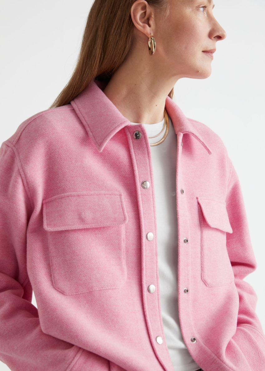 앤아더스토리즈 오버사이즈 울 블렌드 오버셔츠의 핑크컬러 ECOMLook입니다.