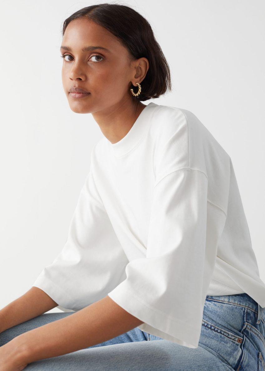앤아더스토리즈 박시 크루넥 티셔츠의 화이트컬러 ECOMLook입니다.