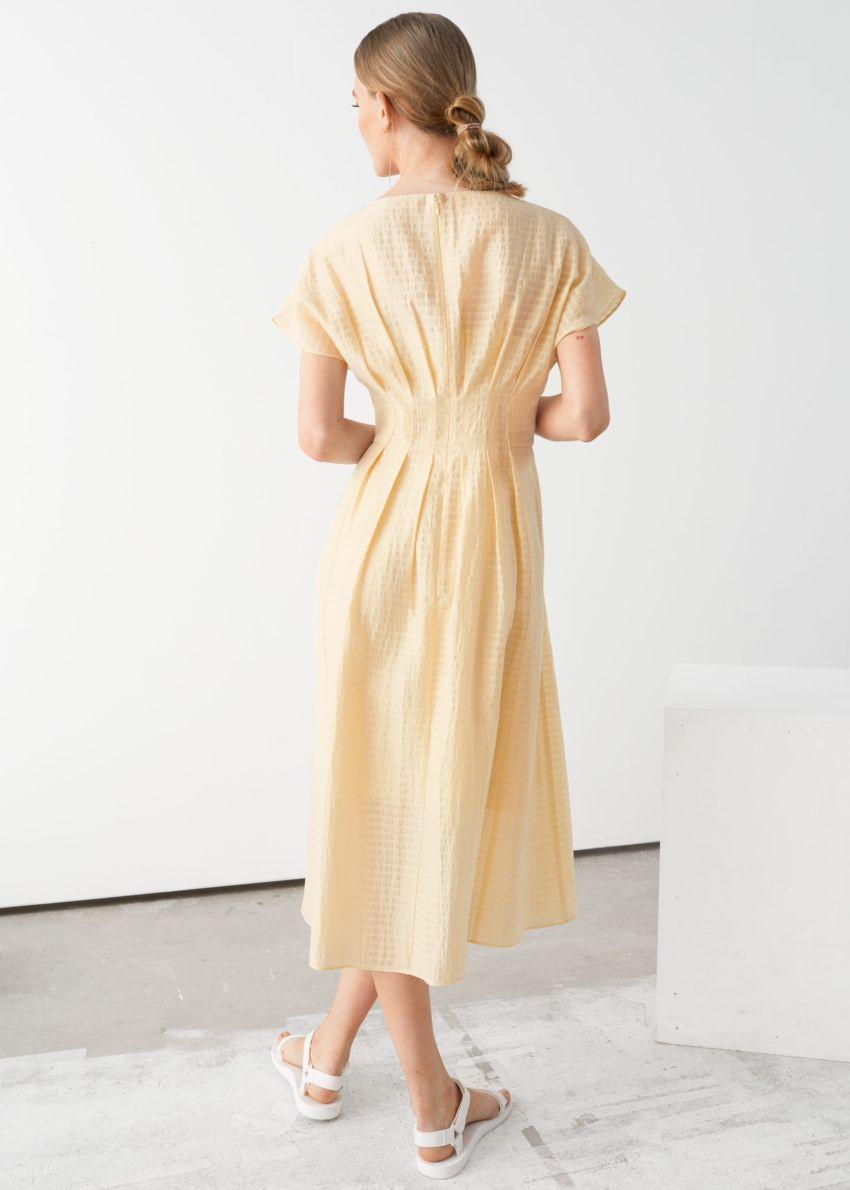 앤아더스토리즈 개더드 웨이스트라인 미디 드레스의 라이트 옐로우컬러 ECOMLook입니다.