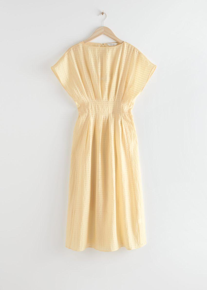 앤아더스토리즈 개더드 웨이스트라인 미디 드레스의 라이트 옐로우컬러 Product입니다.