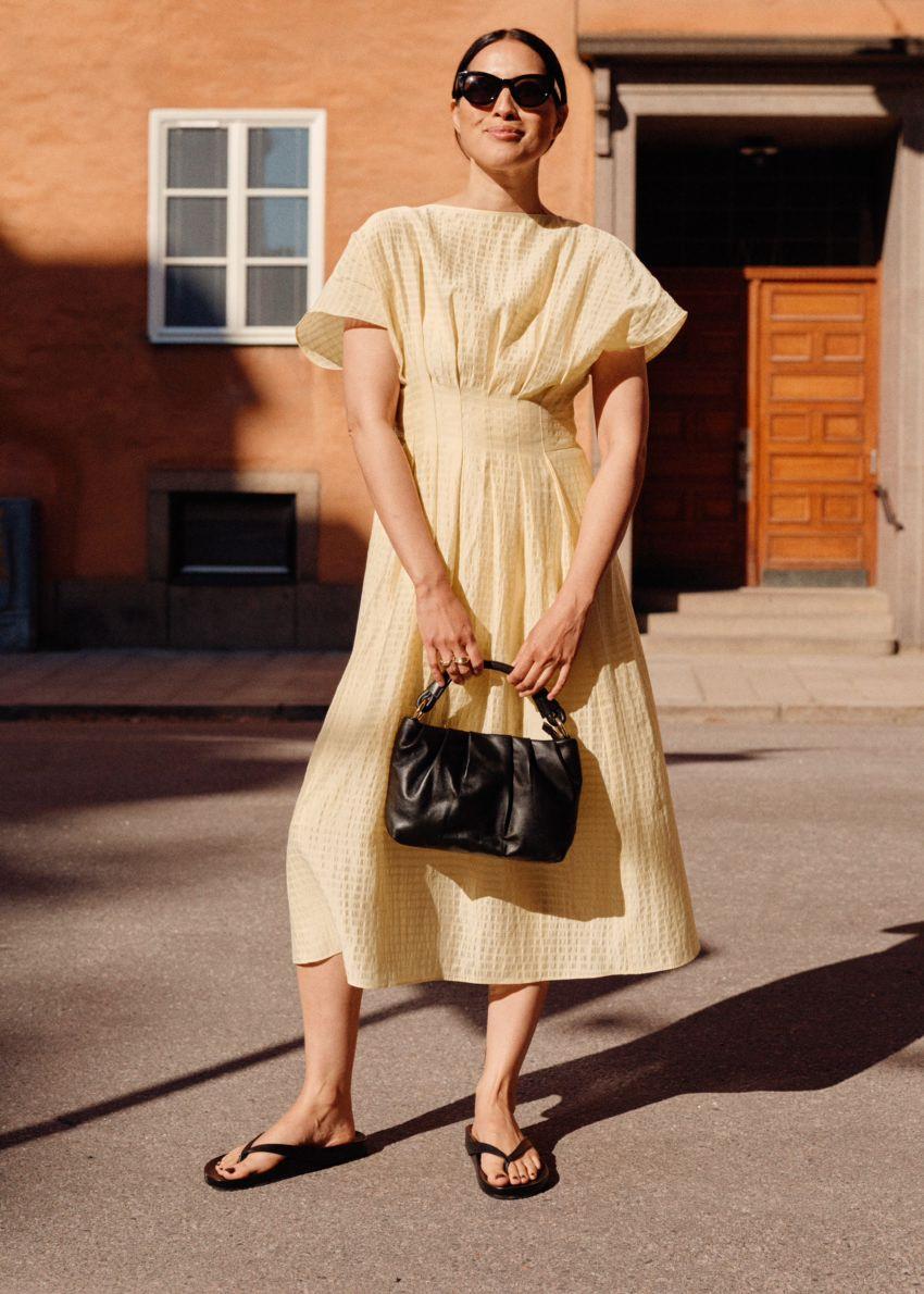 앤아더스토리즈 개더드 웨이스트라인 미디 드레스의 라이트 옐로우컬러 Environmental입니다.