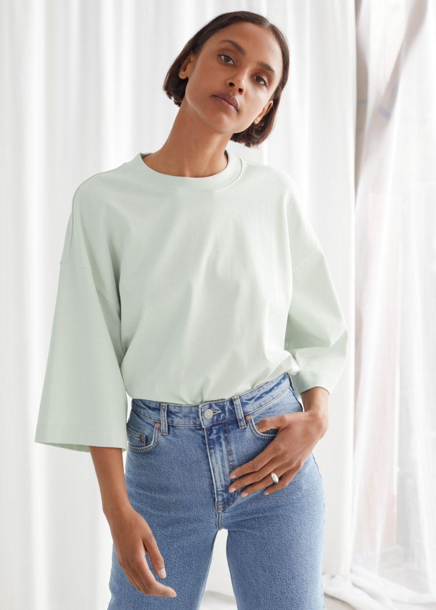 앤아더스토리즈 박시 크루넥 티셔츠의 라이트 그레이컬러 ECOMLook입니다.