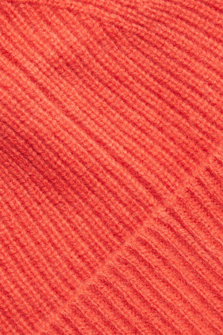 COS 유니섹스 오버사이즈 캐시미어 햇의 레드컬러 Detail입니다.