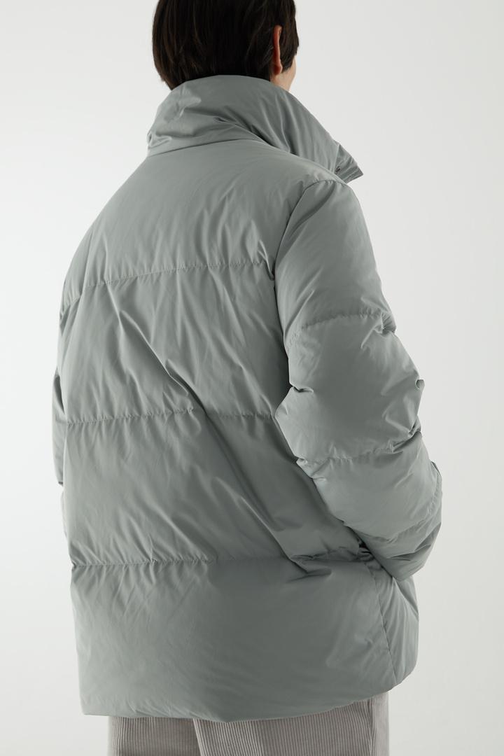 COS 쇼트 패딩 재킷의 그레이컬러 ECOMLook입니다.