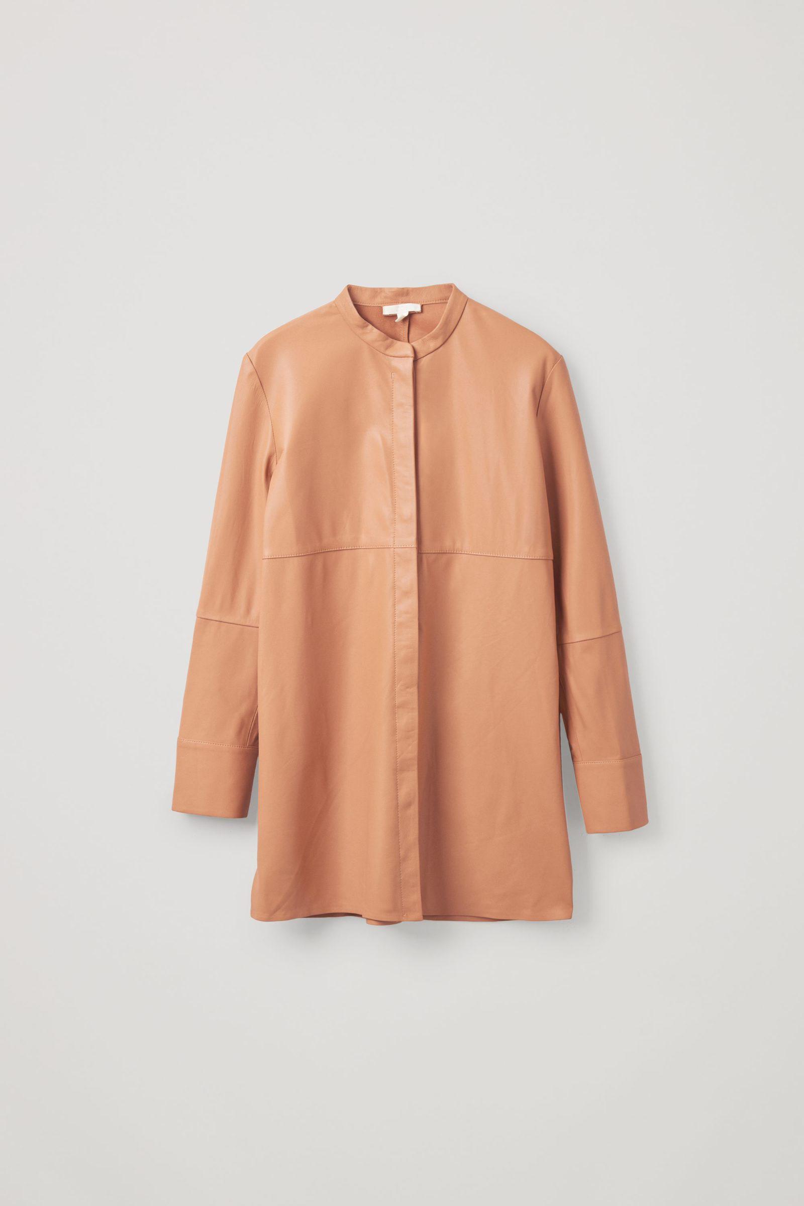 COS 오버사이즈 레더 튜닉 셔츠의 피치컬러 Product입니다.