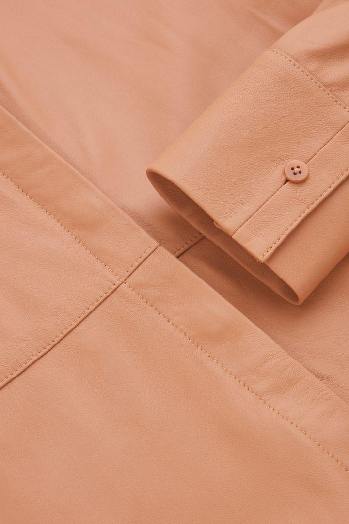 COS 오버사이즈 레더 튜닉 셔츠의 피치컬러 Detail입니다.