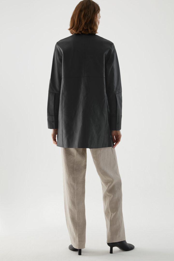 COS 오버사이즈 레더 튜닉 셔츠의 블랙컬러 ECOMLook입니다.