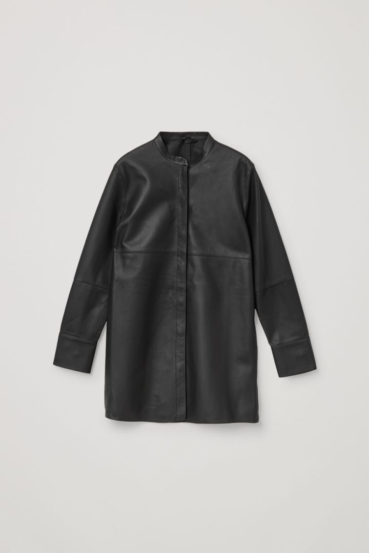 COS 오버사이즈 레더 튜닉 셔츠의 블랙컬러 Product입니다.