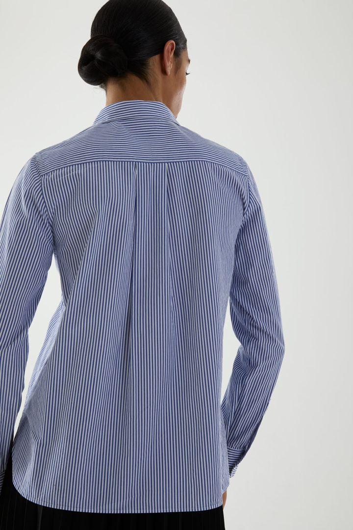 COS 오가닉 코튼 스트라이프 셔츠의 블루 / 화이트컬러 ECOMLook입니다.