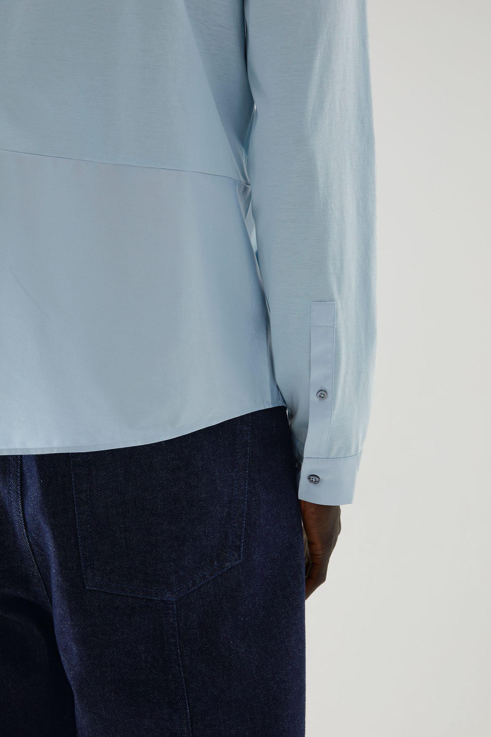 COS 오가닉 코튼 컨트래스트 패널 셔츠의 라이트 블루컬러 ECOMLook입니다.