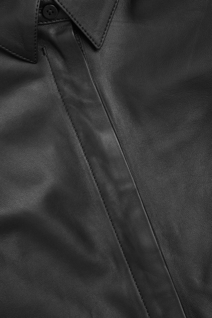 COS 나파 레더 셔츠 드레스의 블랙컬러 Detail입니다.