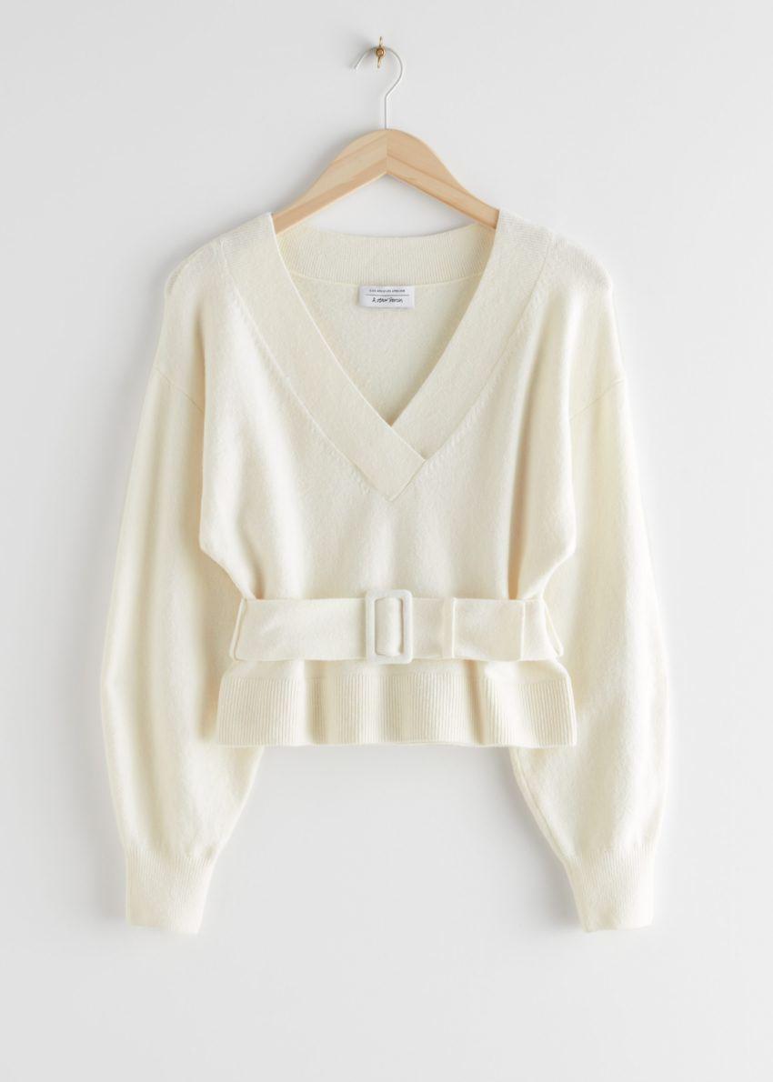 앤아더스토리즈 오버사이즈 벨티드 브이컷 스웨터의 화이트컬러 Product입니다.