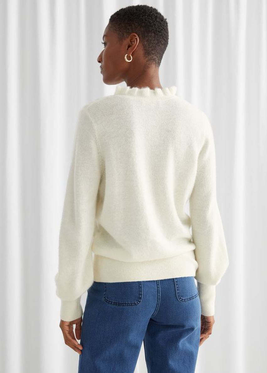 앤아더스토리즈 러플 카라 울 니트 스웨터의 크림컬러 ECOMLook입니다.