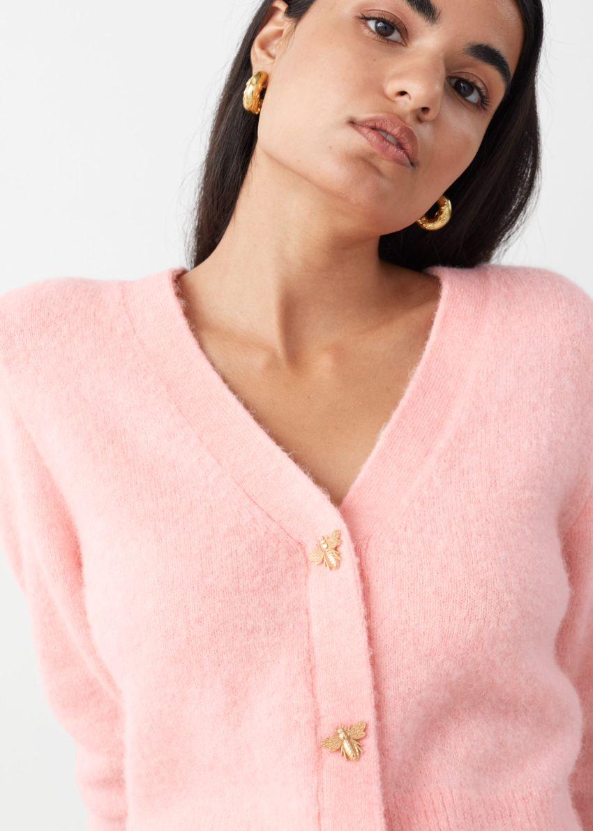 앤아더스토리즈 허니비 버튼 알파카 블렌드 가디건의 핑크컬러 ECOMLook입니다.