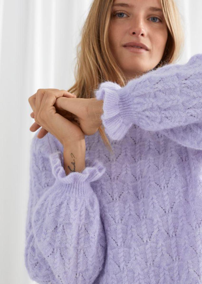 앤아더스토리즈 알파카 블렌드 러플 케이블 니트 스웨터의 라일락컬러 ECOMLook입니다.