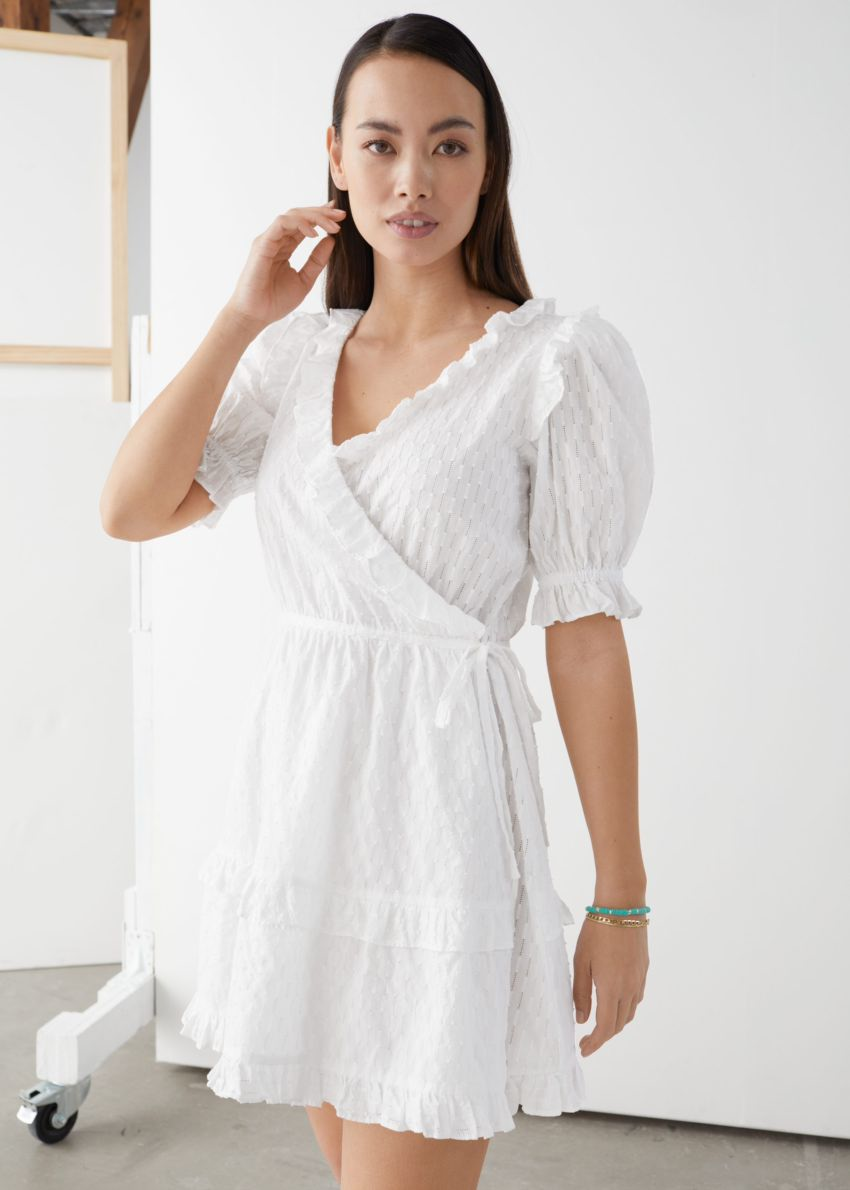 앤아더스토리즈 프릴 엠브로이더리 미니 드레스의 화이트컬러 ECOMLook입니다.