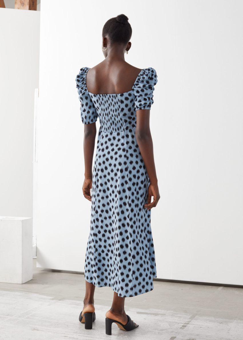 앤아더스토리즈 퍼프 숄더 크레이프 미디 드레스의 블루 도트컬러 ECOMLook입니다.
