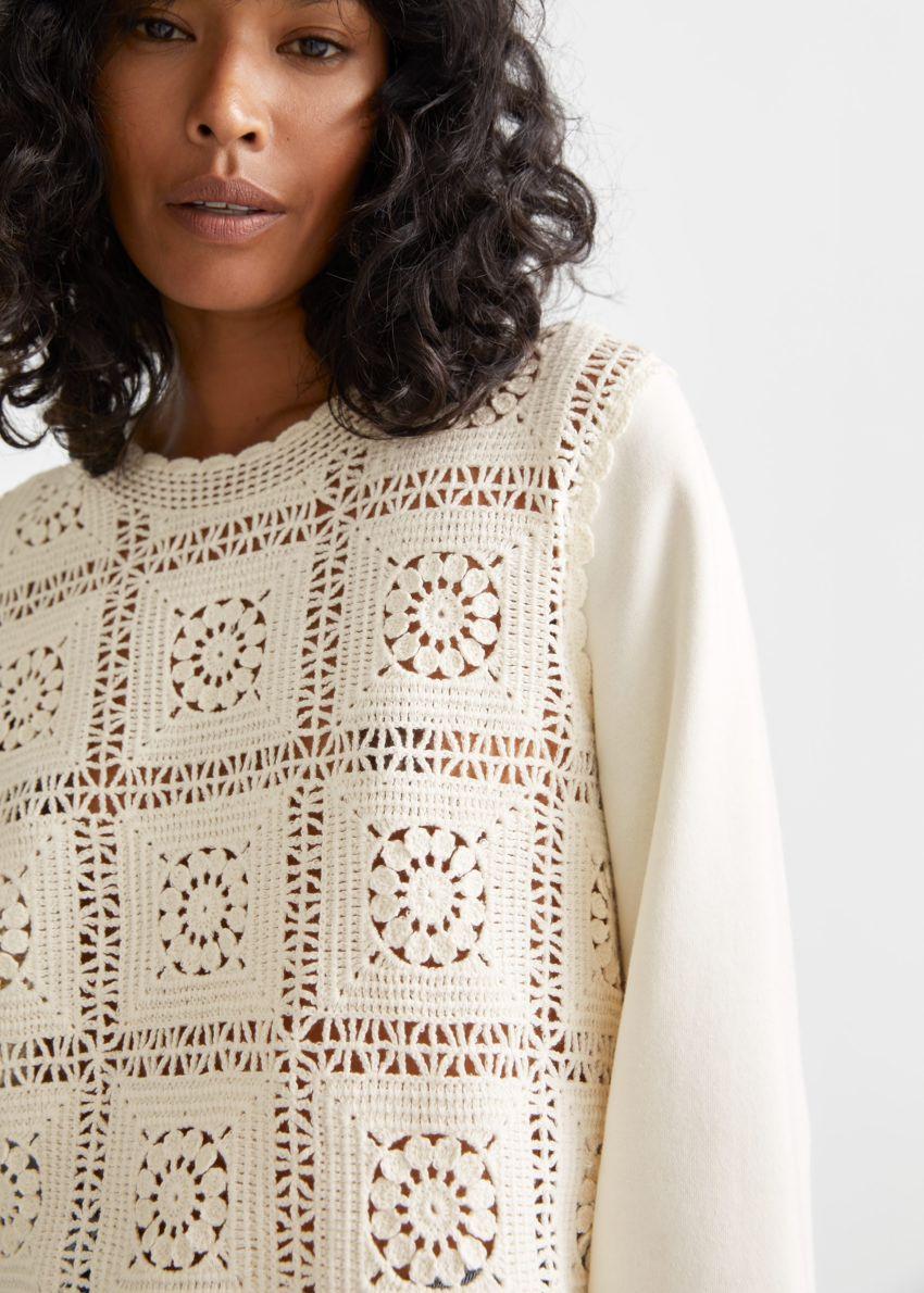 앤아더스토리즈 크로셰 스웨터의 화이트컬러 ECOMLook입니다.