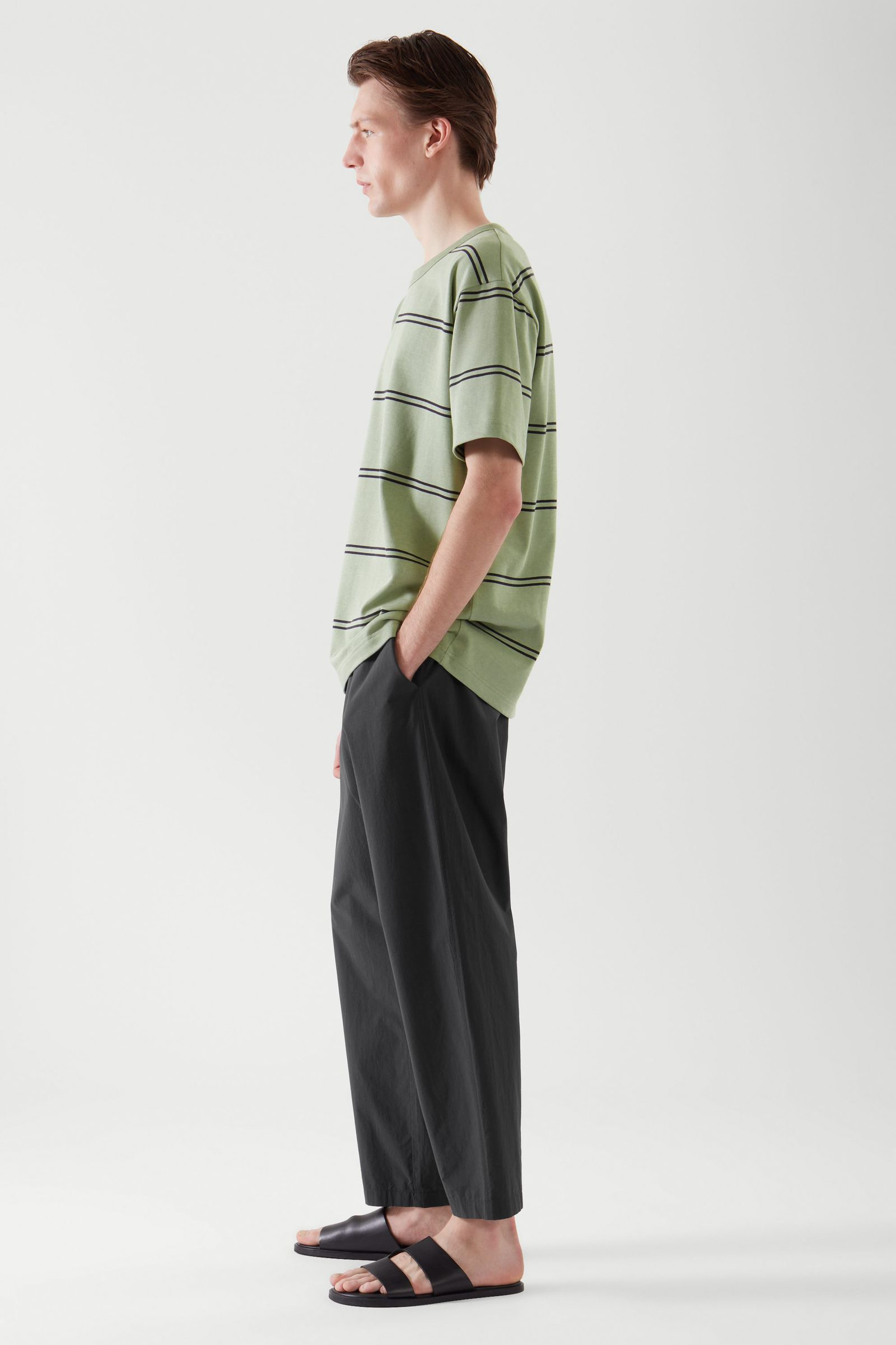 COS 릴랙스드 핏 티셔츠의 라이트 카키 그린 / 블랙컬러 ECOMLook입니다.