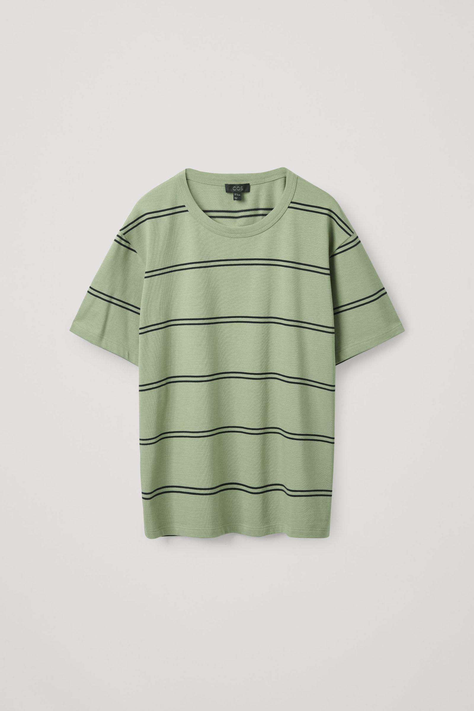 COS 릴랙스드 핏 티셔츠의 라이트 카키 그린 / 블랙컬러 Product입니다.