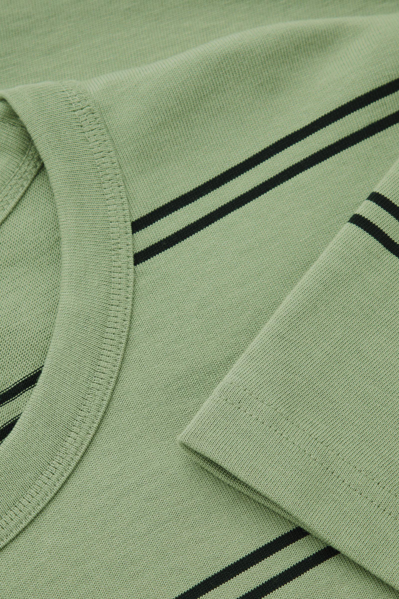 COS 릴랙스드 핏 티셔츠의 라이트 카키 그린 / 블랙컬러 Detail입니다.