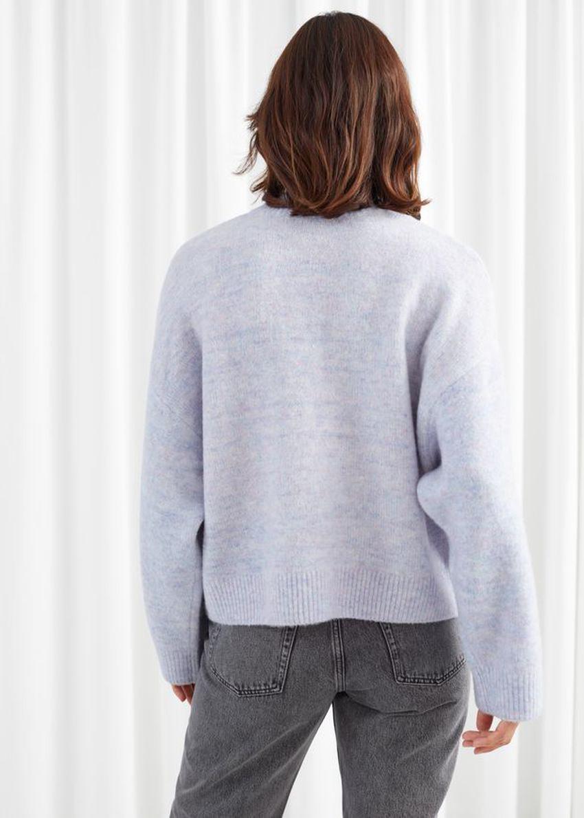 앤아더스토리즈 체스트 포켓 니트 스웨터의 라이트 블루컬러 ECOMLook입니다.