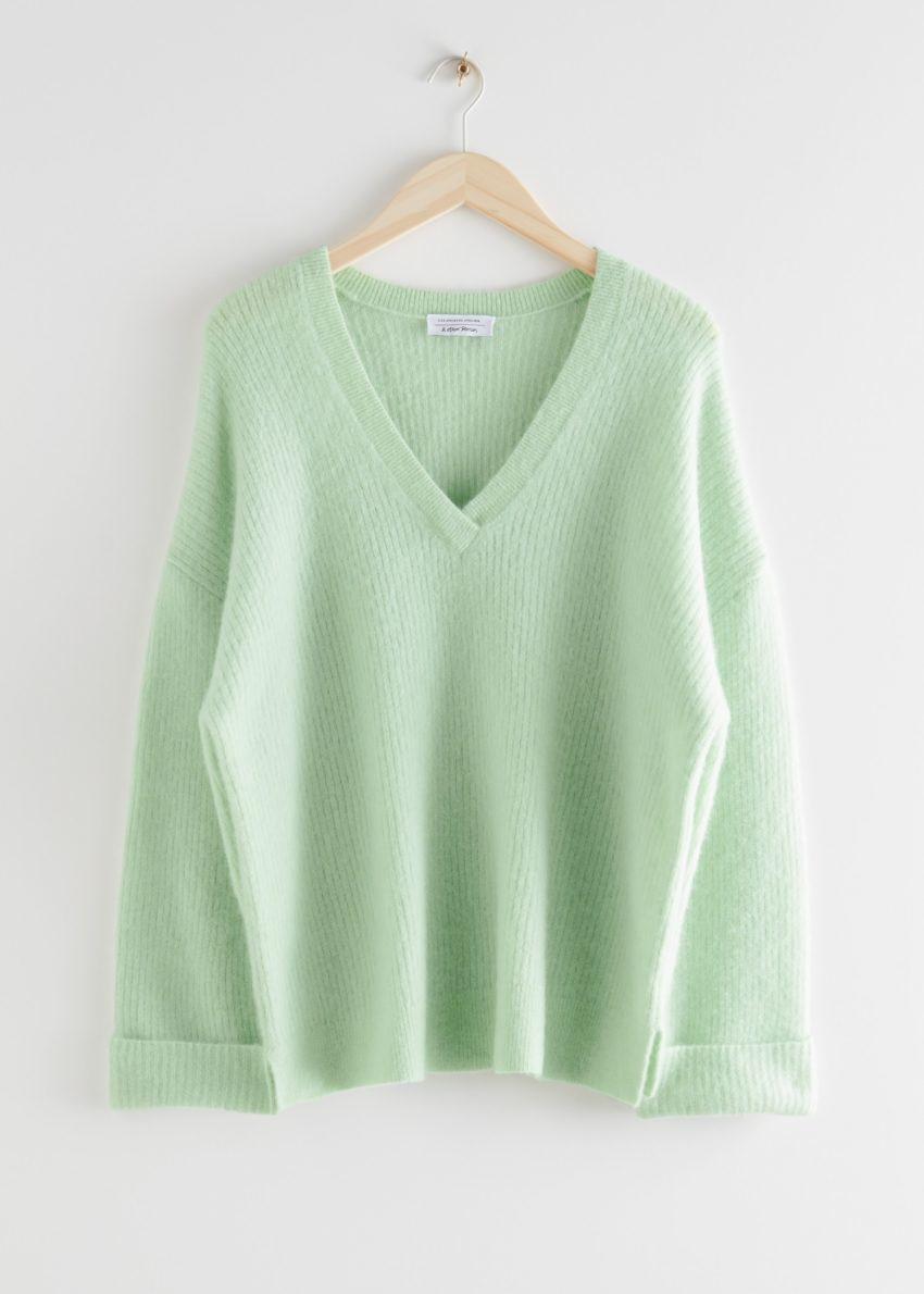 앤아더스토리즈 오버사이즈 브이넥 립 스웨터의 그린컬러 Product입니다.