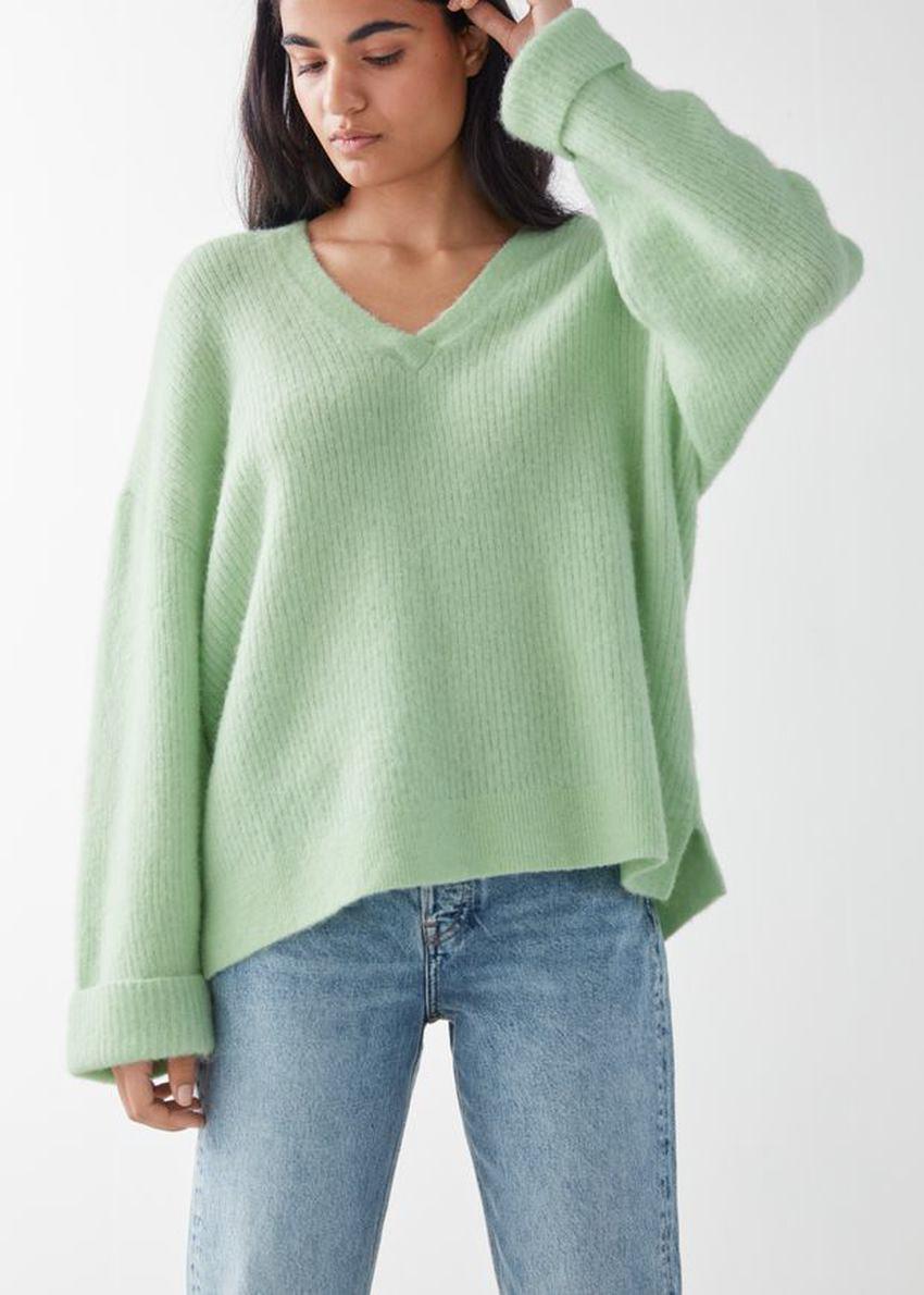 앤아더스토리즈 오버사이즈 브이넥 립 스웨터의 그린컬러 ECOMLook입니다.