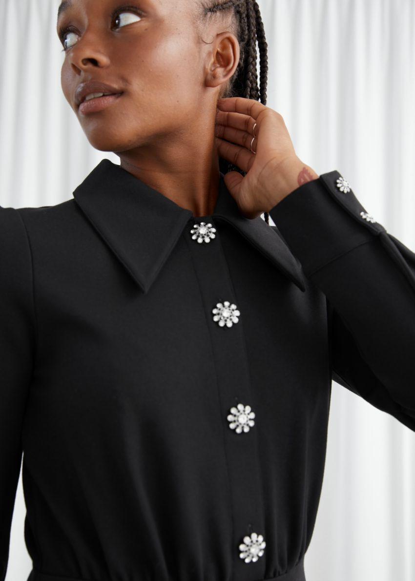 앤아더스토리즈 스트럭처드 디아망테 버튼 미니 드레스의 블랙컬러 ECOMLook입니다.