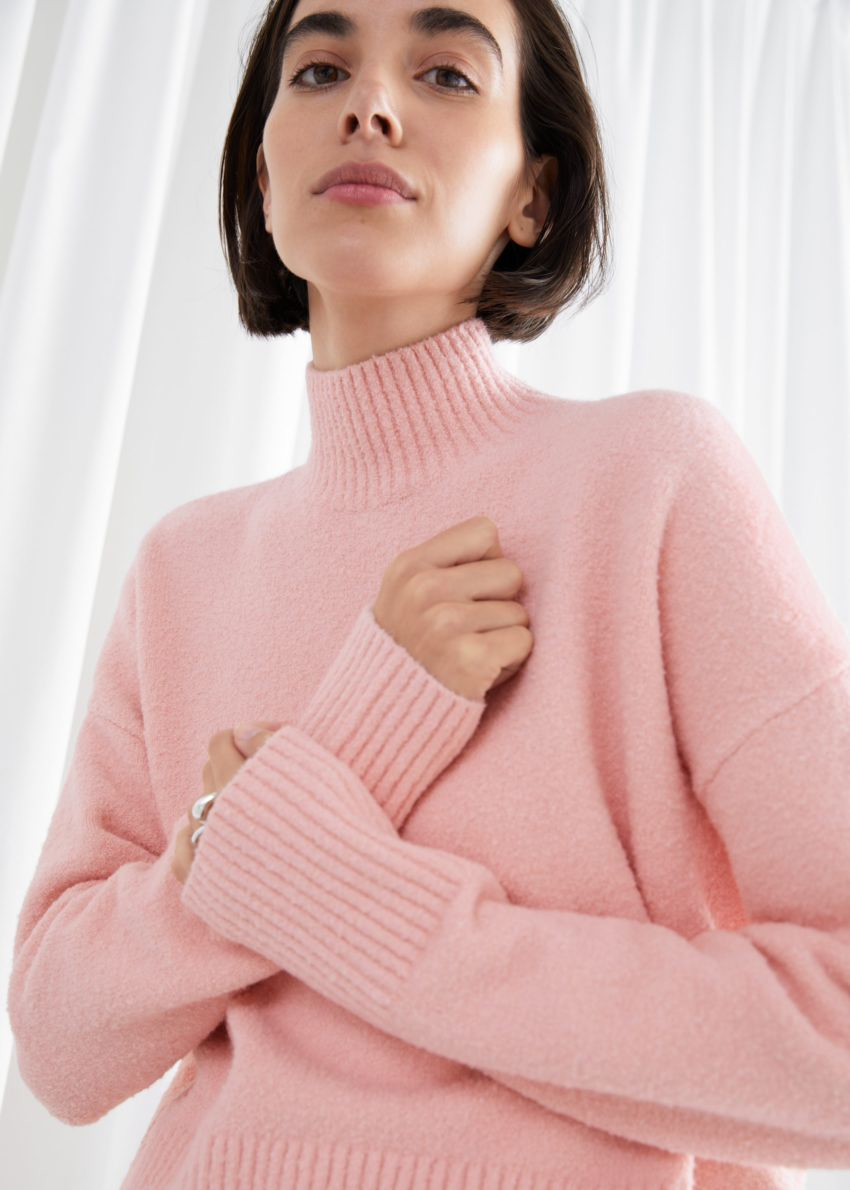 앤아더스토리즈 크롭 모크 넥 스웨터의 핑크컬러 ECOMLook입니다.