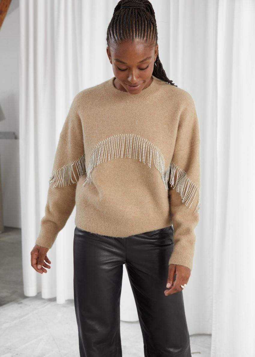 앤아더스토리즈 디아망테 프린지 스웨터의 베이지컬러 ECOMLook입니다.