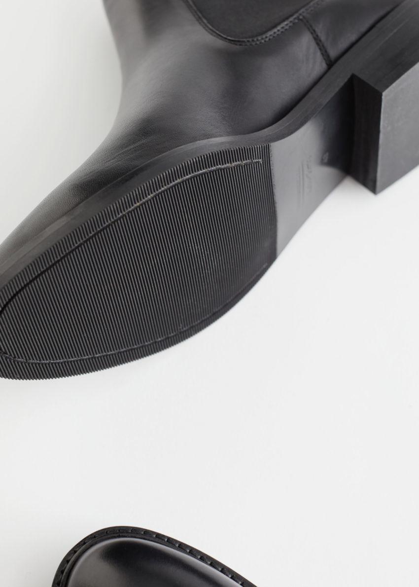앤아더스토리즈 아몬드 토 레더 첼시 부츠의 블랙컬러 Detail입니다.