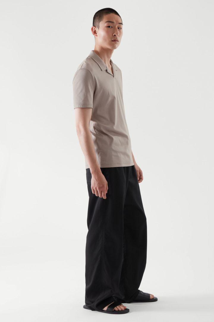 COS 오픈 칼라 폴로 셔츠의 몰컬러 ECOMLook입니다.