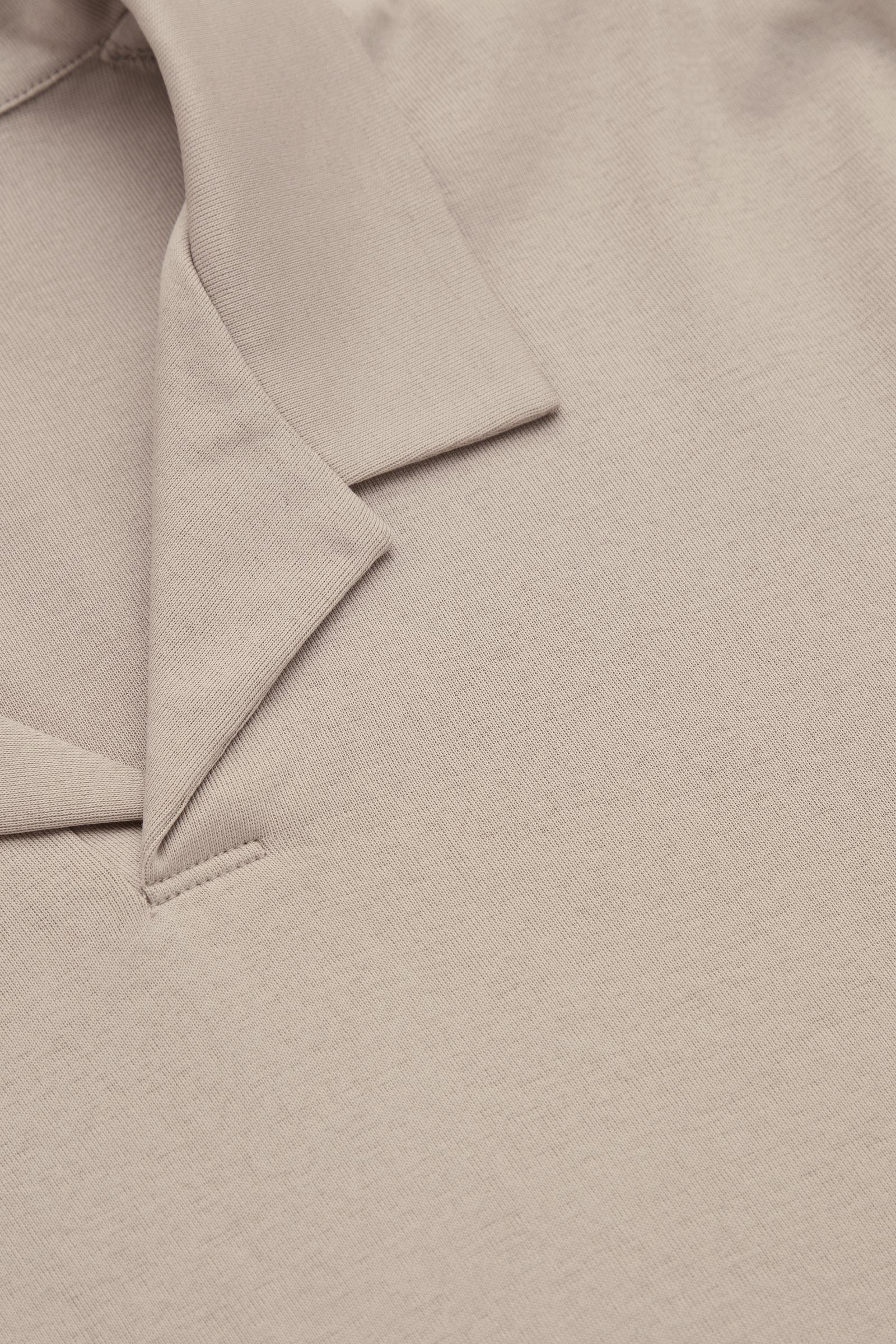 COS 오픈 칼라 폴로 셔츠의 몰컬러 Detail입니다.