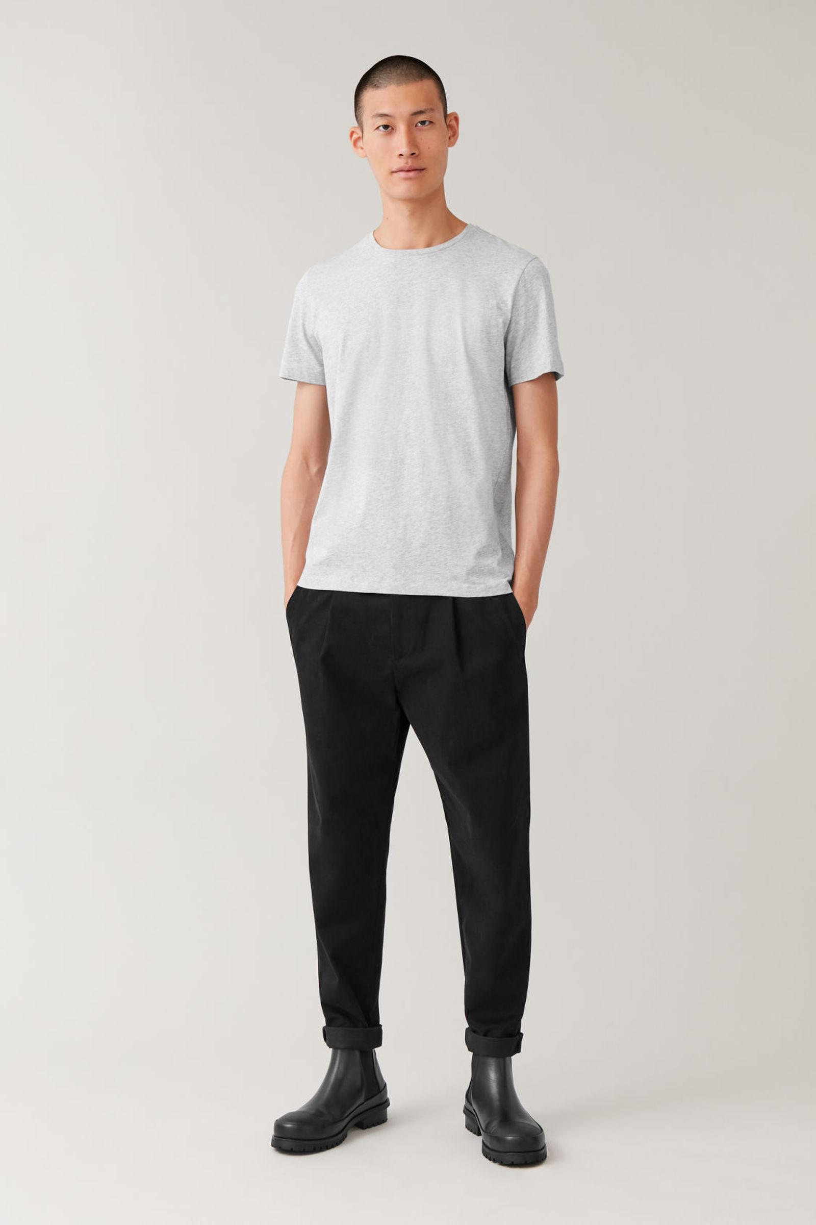 COS 라운드 넥 티셔츠의 라이트 그레이 멜란지컬러 ECOMLook입니다.