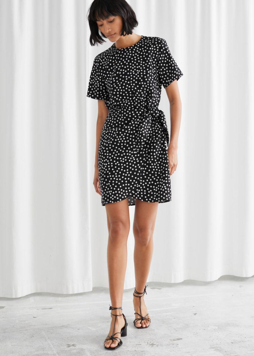 앤아더스토리즈 타이 업 미니 랩 드레스의 블랙 폴카 도트컬러 ECOMLook입니다.