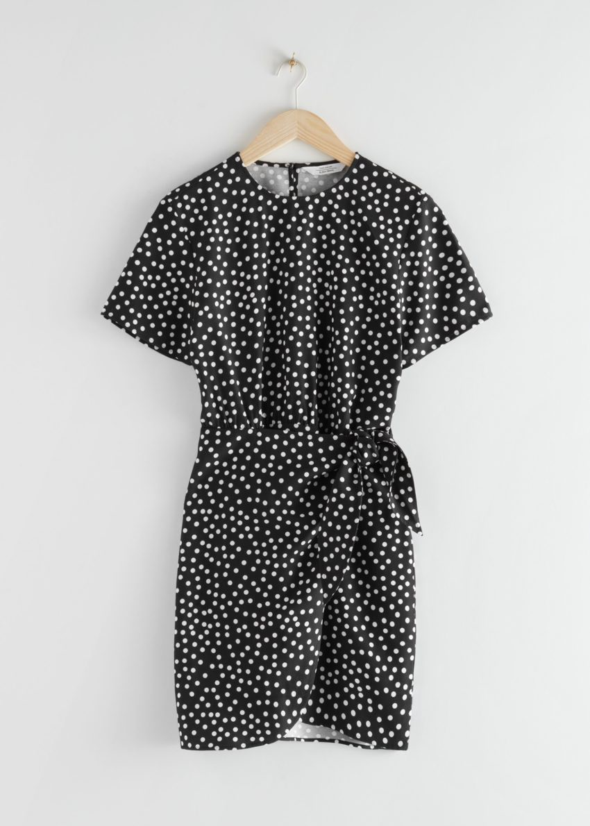 앤아더스토리즈 타이 업 미니 랩 드레스의 블랙 폴카 도트컬러 Product입니다.