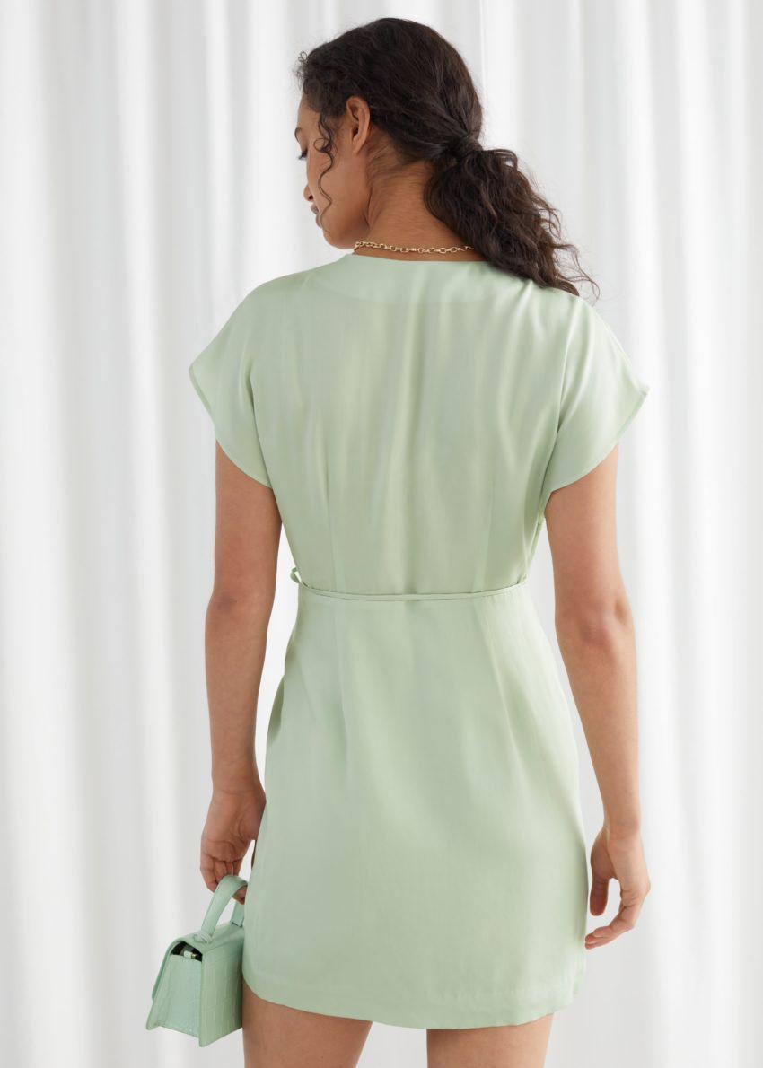 앤아더스토리즈 슬리브리스 랩 드레스의 라이트 그린컬러 ECOMLook입니다.