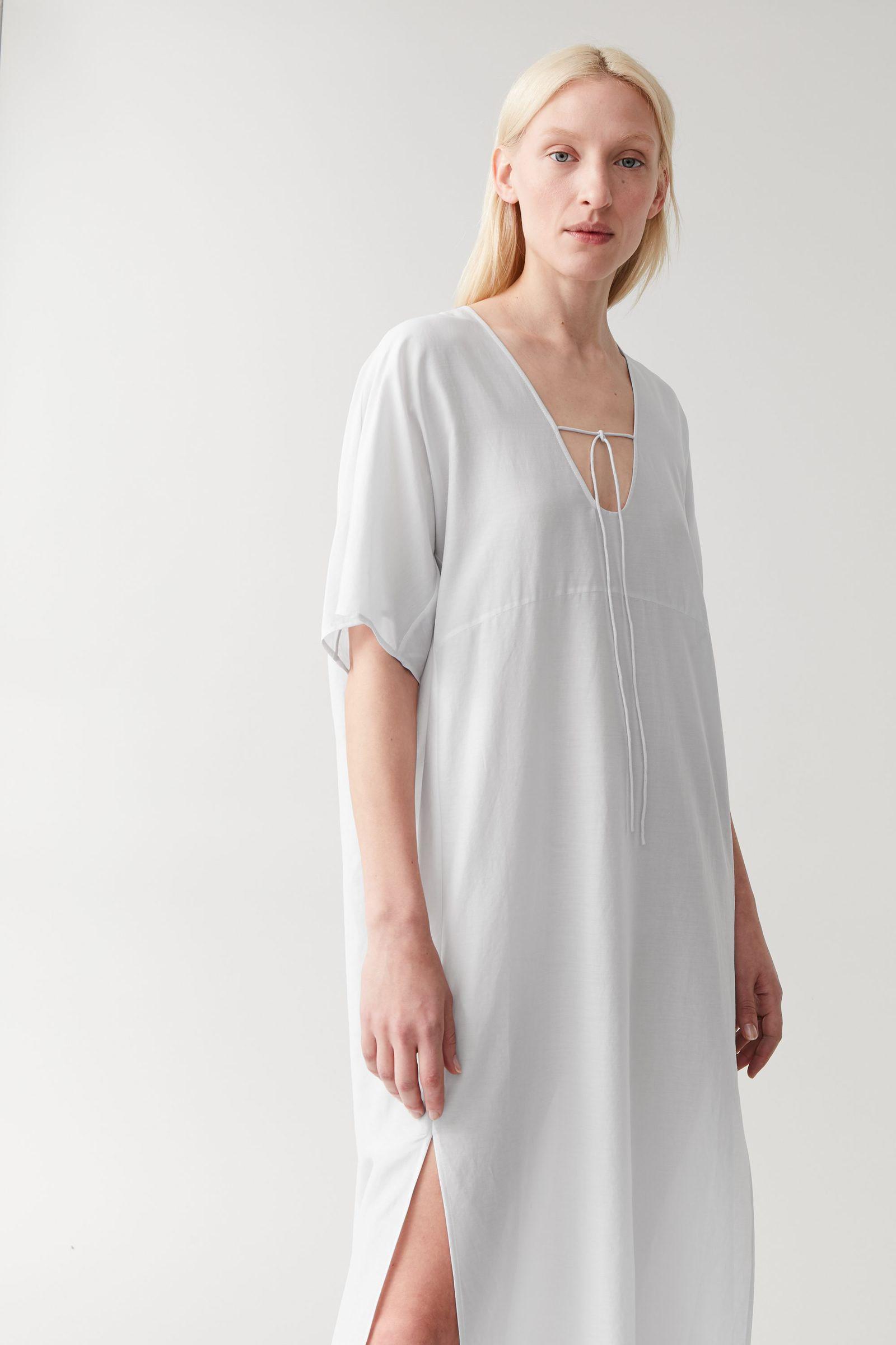 COS 코튼 멀버리 실크 카프탄 드레스의 라이트 그레이컬러 ECOMLook입니다.