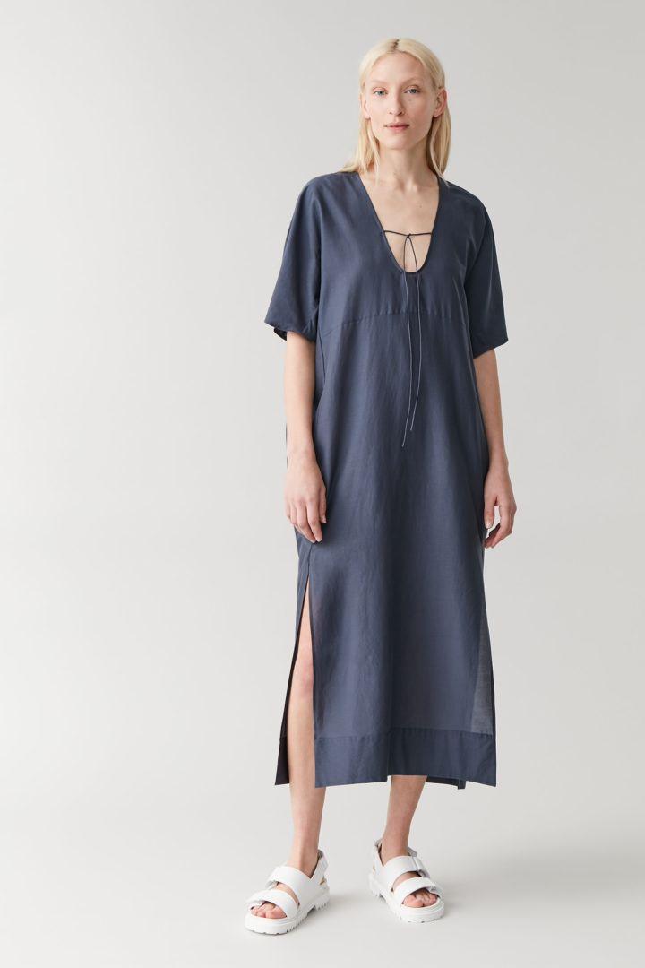 COS 코튼 멀버리 실크 카프탄 드레스의 블루컬러 ECOMLook입니다.