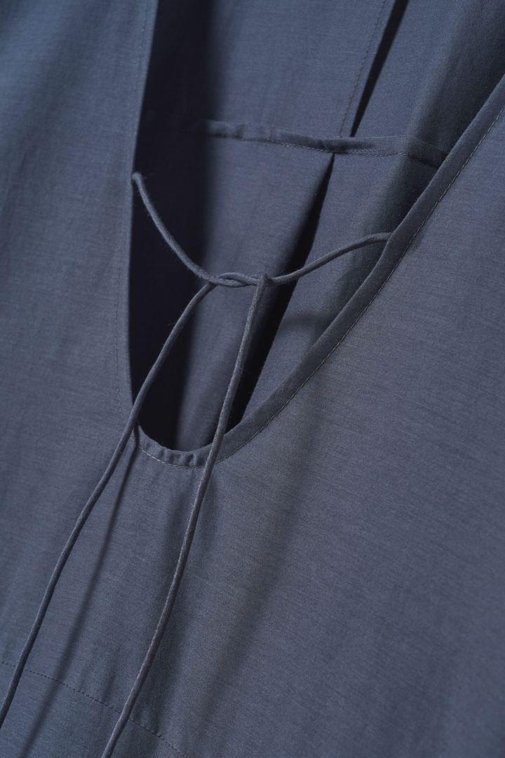 COS 코튼 멀버리 실크 카프탄 드레스의 블루컬러 Detail입니다.