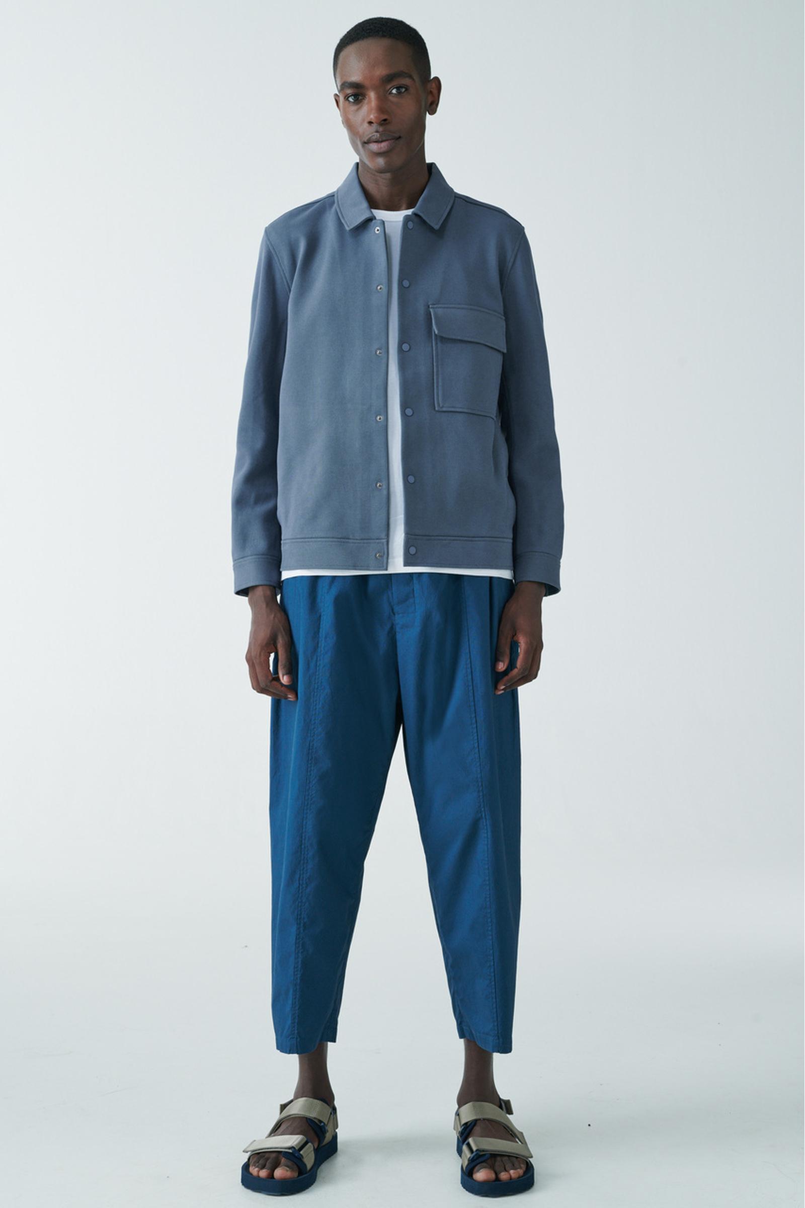 COS 코튼 트윌 셔츠 재킷의 라이트 블루컬러 ECOMLook입니다.