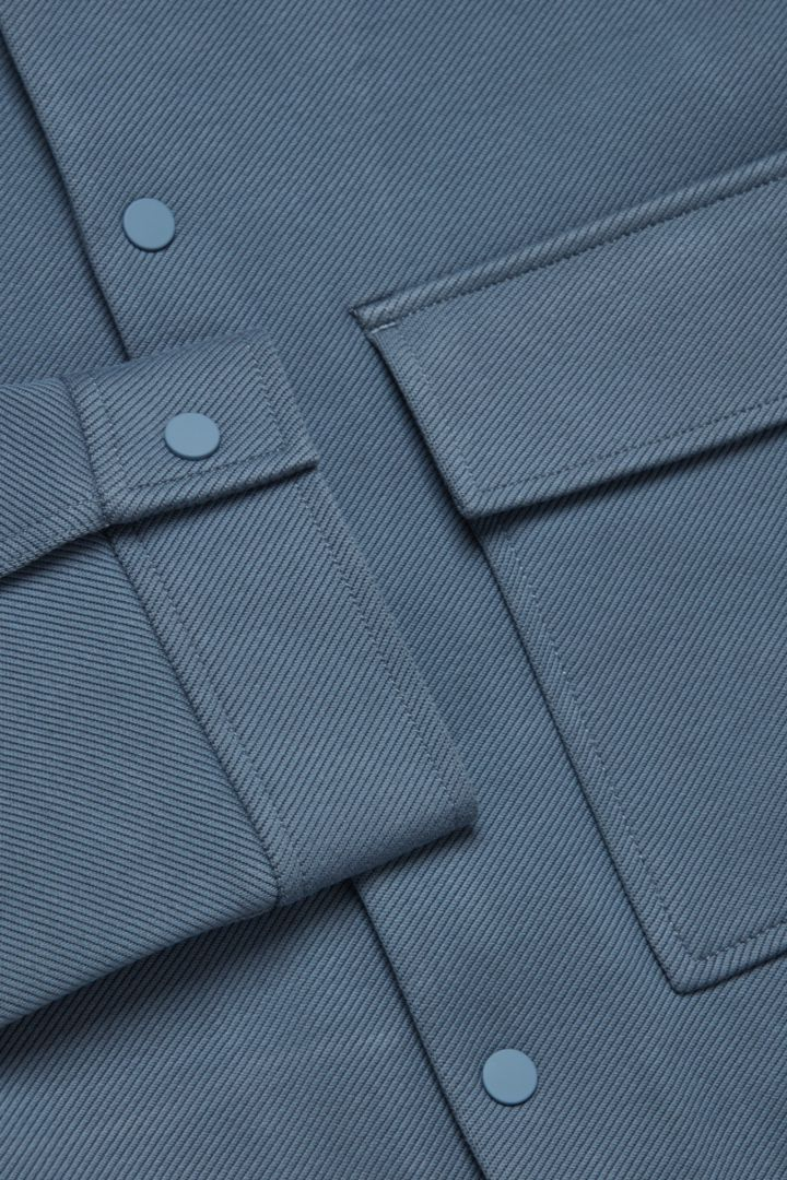 COS 코튼 트윌 셔츠 재킷의 라이트 블루컬러 Detail입니다.