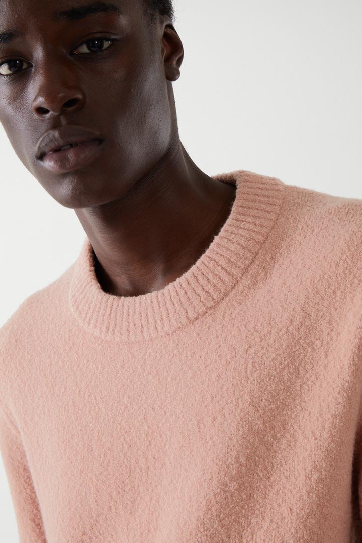COS 릴랙스드 울 믹스 스웨터의 핑크컬러 ECOMLook입니다.