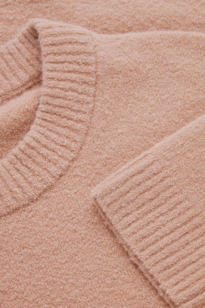 COS 릴랙스드 울 믹스 스웨터의 핑크컬러 Detail입니다.